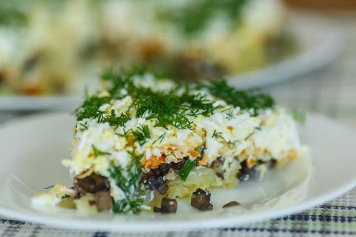 Слоеный салат из картофеля и грибов