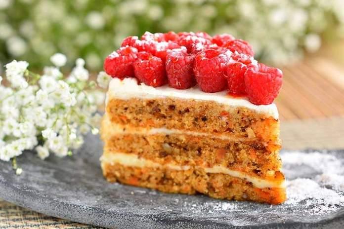 Морковный торт с орехами и сметанным кремом