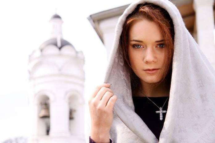 девушка у церкви