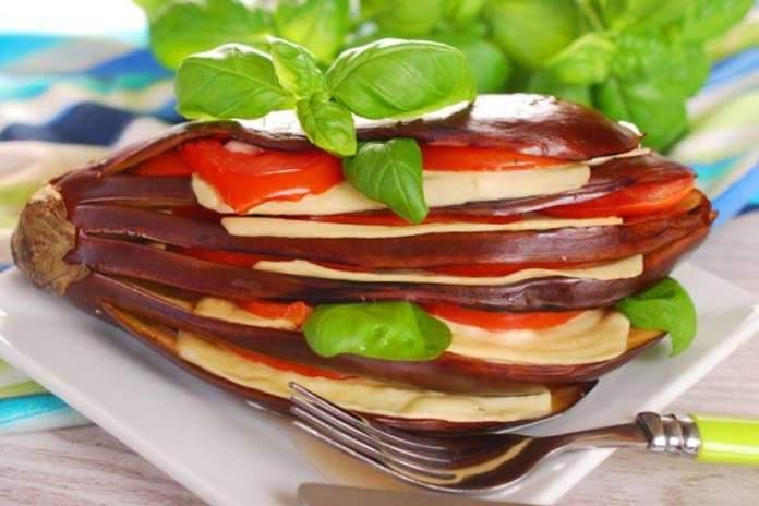 Баклажановый веер с помидорами и сыром