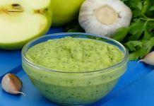 Яблочный соус с зеленью и чесноком
