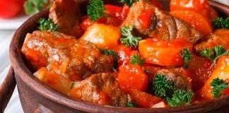 Свинина с морковью на сковороде