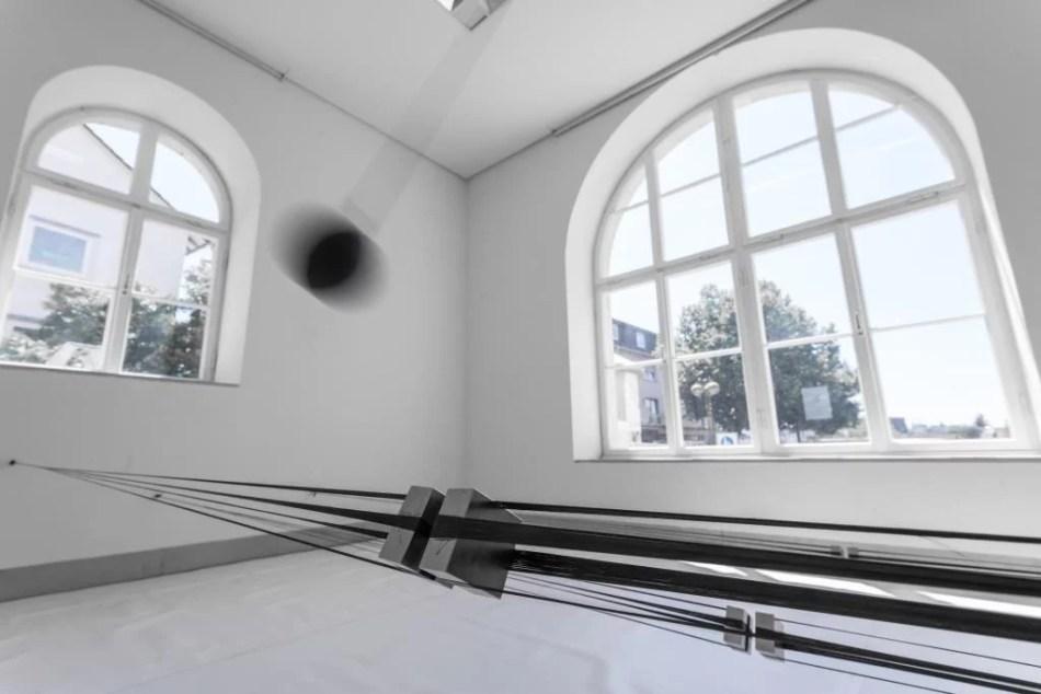 Zu sehen ist die Installation Crossing Limbo von Marie Lienhard in der Galerie Stadt Sindelfingen.