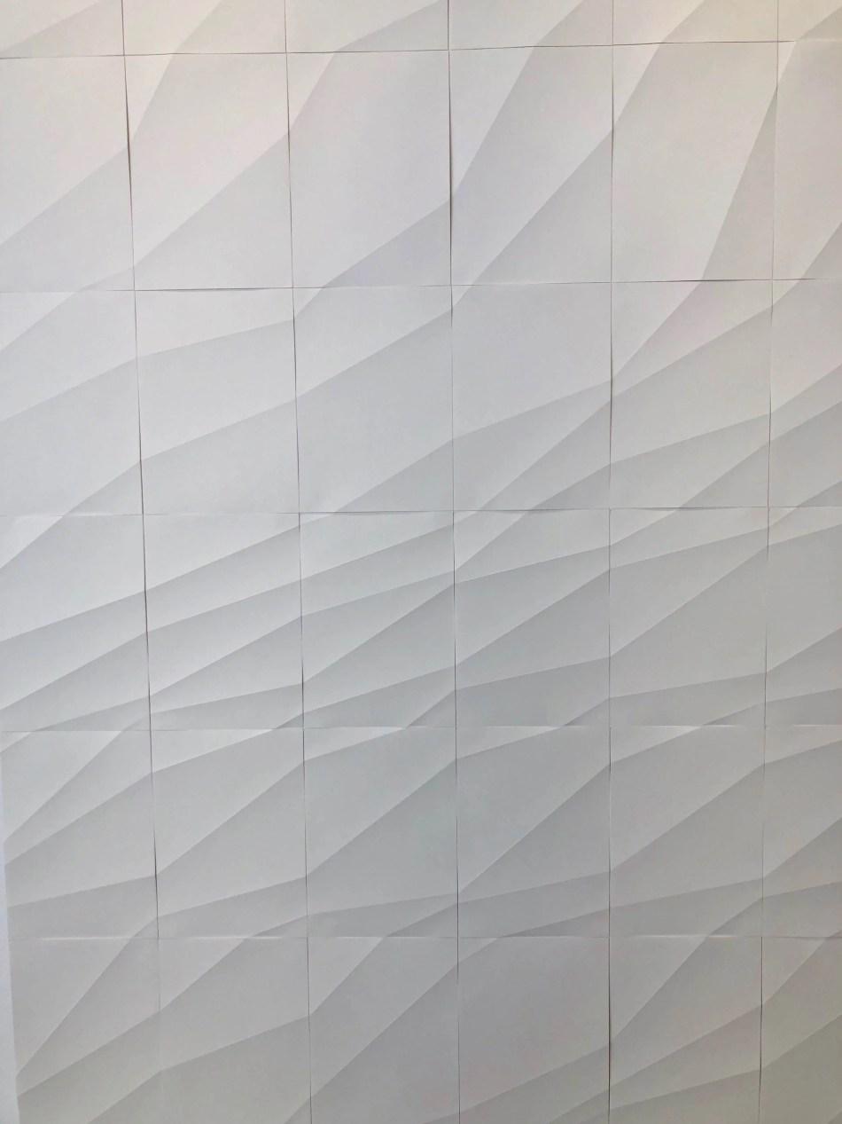 Ignacio Uriarte: Diagonal Random Folds, 2019, Wandinstallation aus 480 DinA-4 Blättern, 238 x 1260 cm Detail in der Ausstellung Verwaltungsakte im Kunstmuseum Reutlingen konkret zu sehen