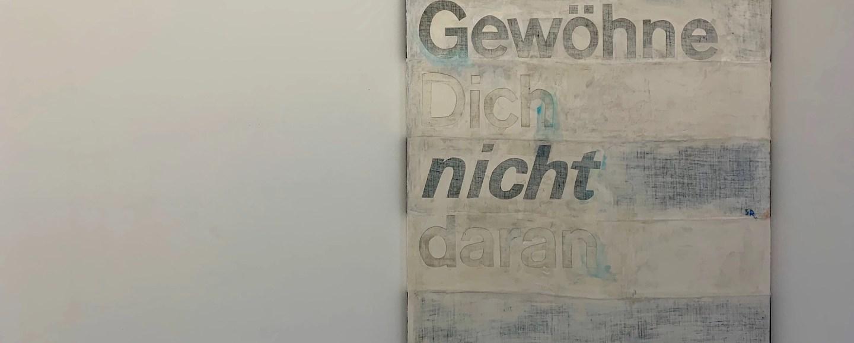 Sophie Reinhold. Gewöhne dich nicht daran. 2019, Öl auf Marmormehl auf Jute, 190 x 140 cm. Ausstellungsansicht: Kunstverein Reutlingen. Kein Witz. No Joke.