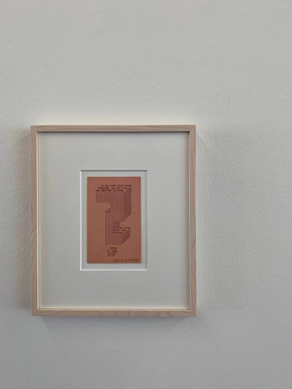 Ruth Wolf-Rehfeldt. Fragezeichen. Mitte 1970er, Original-Typewriting, 14,7 x 9,1 cm. Ausstellungsansicht: Kunstverein Reutlingen. Foto: Elisabeth Weiß, © Ruth Wolf-Rehfeldt.
