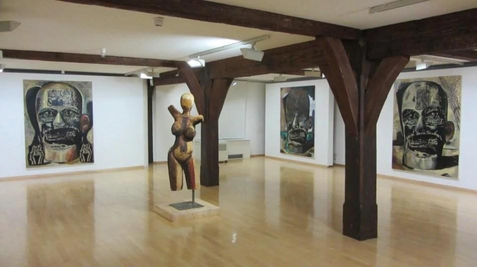 Zu sehen ist eine Ansicht der Aussstellung Damien Deroubaix: Headbangers Ball part 3 (Alte Meister) im Kunstmuseum Spendhaus Reutlingen.