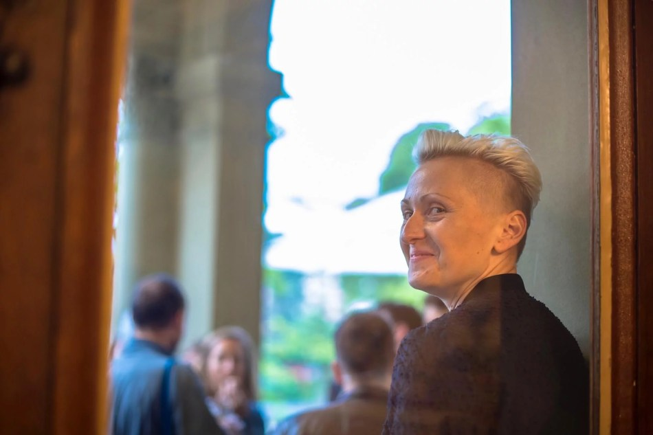 Elsa bei einer Vernissage im Kunstmuseum Thun. ©Elsa Horstkötter.