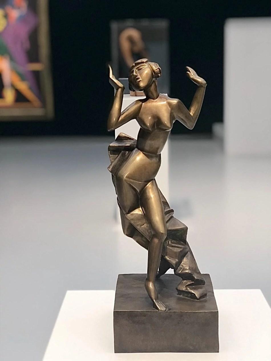 Bronzeplastik von Rudolf Belling, 1916 zeigt eine Tänzerin in Bewegung.