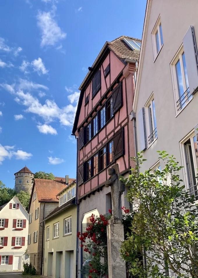 Blick in die Salzstadelgassse Tübingen mit dem Gôg von Ugge Bärtle