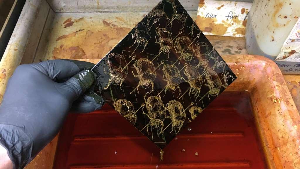 Kupferplatte im Ätzbad. Foto: Karin Brosa