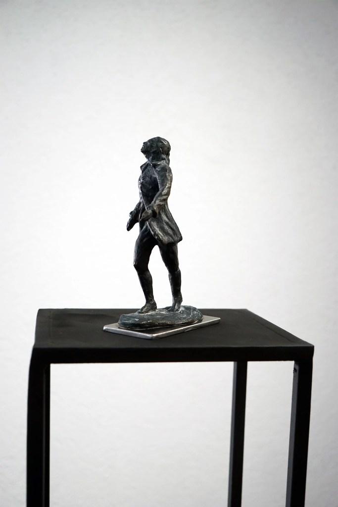 Den Blick gen Himmel gerichtet schreitet Friedrich Hölderlin in Bronze gegossen nach vorne.
