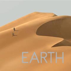 EARTH - personas caminando por el desierto