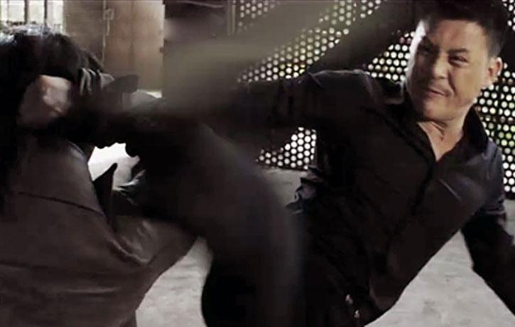 Jiang Li attacks with a spinning kick