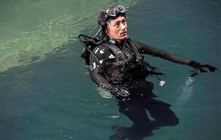 Behind the Scenes Zhang Jin doing his own scuba work