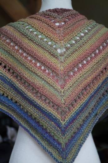 Fertig gestricktes Tuch aus fraktal versponnenem Garn