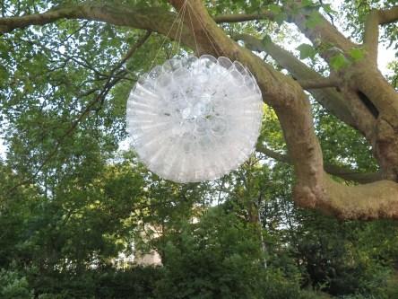 Kunstwerk hangend aan een boom...