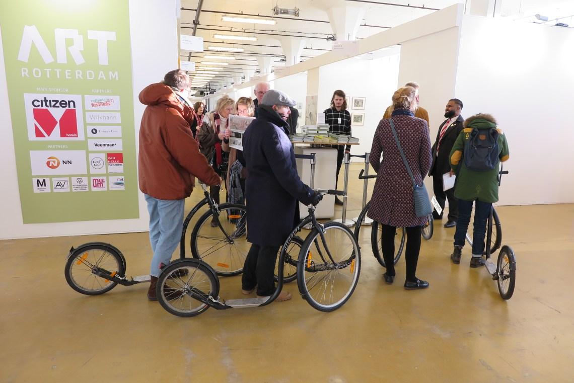 Instelling Milk. Kunstenaar:Maarten Bel (Intersections) Tour met step naar het asiel bezoekers komen net terug.