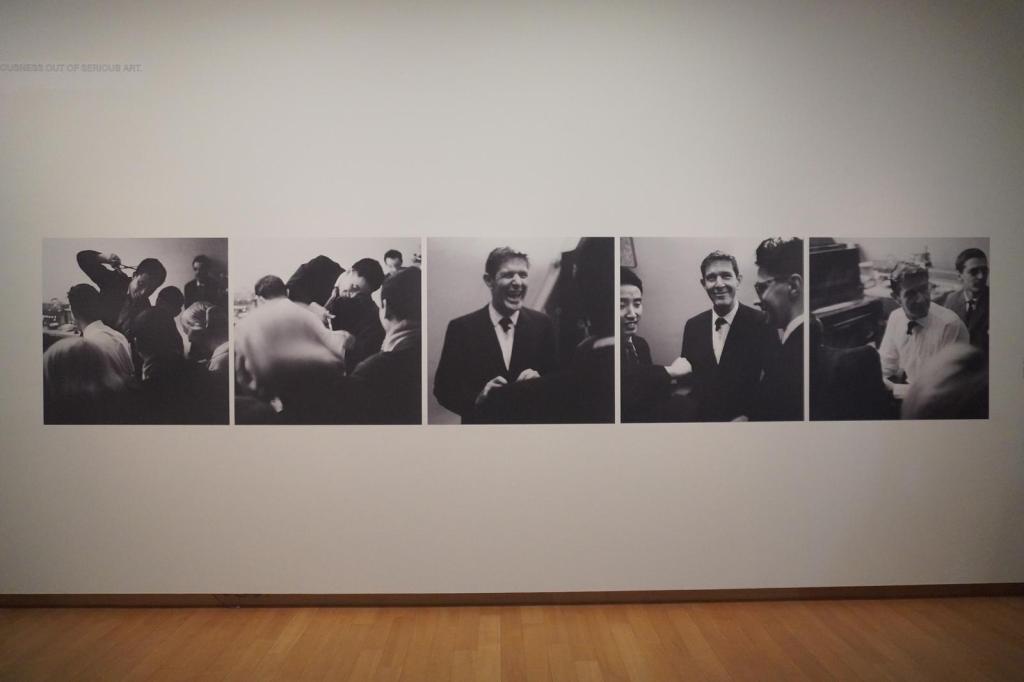 Beeldverslag van een performance van Nam June Paik met o.a. John Cage
