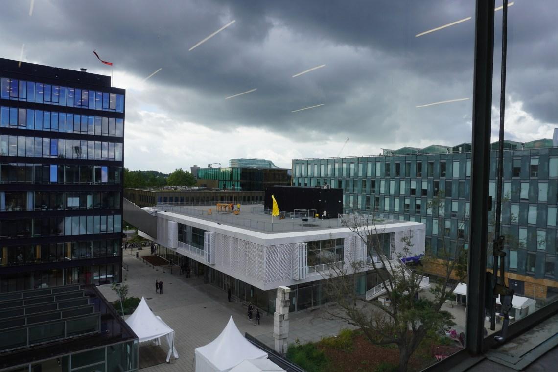 Binnenplein Gerrit Rietveld Academie met hetnieuwe gebouw van het Sandberg Instituut