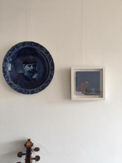 Rechts aquarel van Jan Baas. Ja, heel slecht te zien. Hij is heel mooi blauw :-)