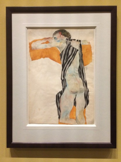 Egon Schiele. Liegender Mädchenakt in gestreiftem Kittel. Krijt en aquarel op papier.