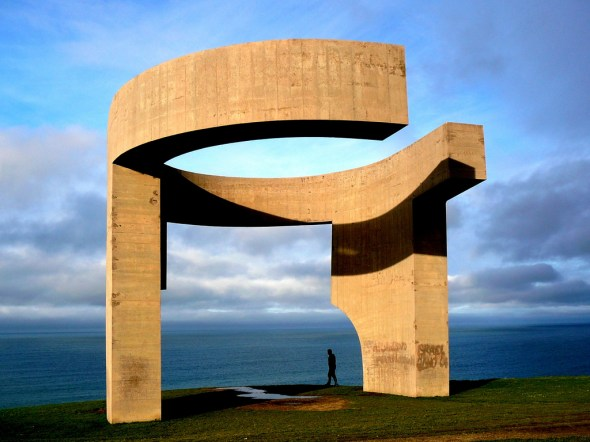 Laat je omsluiten als een wieg door de Elegio del Horizonte in Gijón. Hij helpt de horizon en de zee te omvatten. Noordkust Spanje.