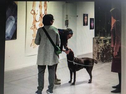 Hond tijdens de Vouch tentoonstelling. De tweede versie is verschoven naar april 20121. Maar ze gaan in September iets bijzonders doen. vEn ik denk dat Sil dan misschien mee kan komen kijken. www.vouch.nu