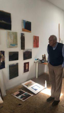 Atelierbezoek bij Jan Baas. Kijkend naar werk in uitvoering.