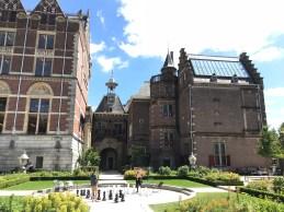 Schaken in de tuin van het Rijksmuseum.