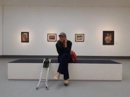 Luisterend naar de audiotour, zittend voor het werk van Paula Modersohn-Becker, een belangrijke pionier van het Duits expressionisme