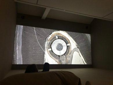 Onderuitgezakt genieten van 'In the Land of Drought' van Julian Rosefeldt in Galerie Ron Mandos.