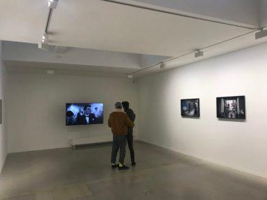 Bezoekers genieten van werk van Julian Rosefeldt in Galerie Ron Mandos