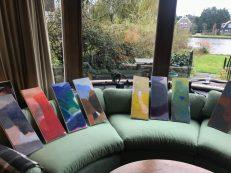 De hele set olieverfschilderijen van Jan Baas mee om te kijken welke mooi passen.
