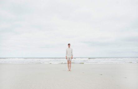 Zelfportret op het strand. Op Vlieland. Foto van David van Dartel