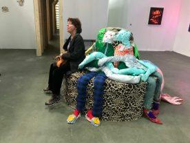 Alien Couch, (met bezoeker) Afra Eisma