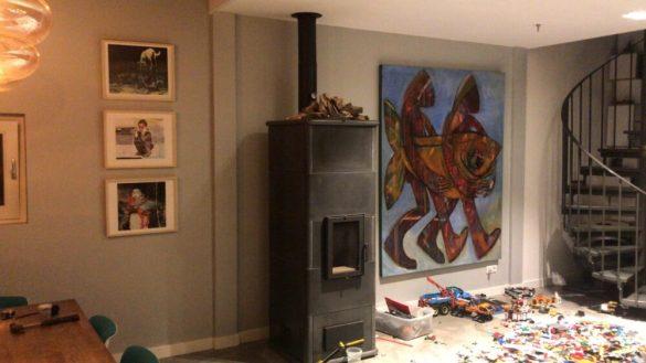 Werk van Wendy Alblas in huis. En links driemaal CatDogville. Ook via Kunst op de Klapstoel.