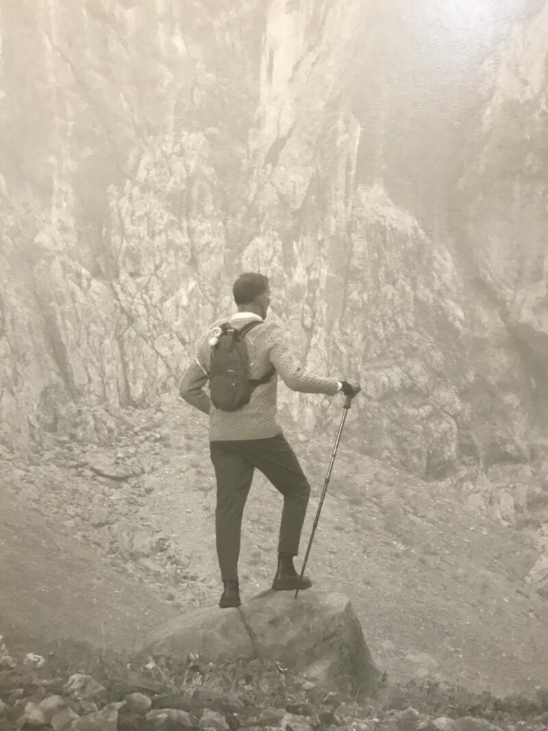 "Erwin Olaf, detail Vor der Felswand, Selbstporträt. ""Met heel andere blik dan Kevin""."