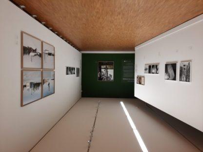 Overzicht Borealis tentoonstelling van Jeroen Toirkens en Jelle Brandt Corstius in Fotomuseum, Den Haag. Voornamelijk in zwart wit het verhaal van de mens in het gebied en grote kleurfoto's voor de sfeertekening.