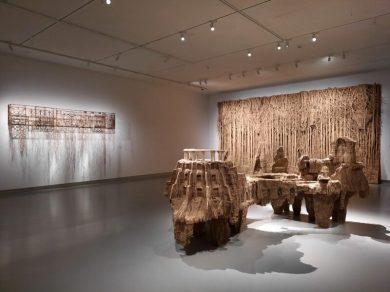 Eva Jospin, 2021. Overzicht van deel tentoonstelling Paper Tales, in het Noordbrabants Museum in 's Hertogenbosch. Fantastische structuren gebeeldhouwd uit karton: Balcon, Nymphées, Fôret Palatine