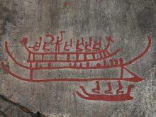 De middelste boot is gemaakt in de vroege bronstijd (met ronde boeg), de andere twee zijn van 'recenter' datum (boeg met dierenkop)... ca 1.000 voor Christus. (Vitlycke)