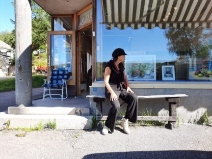 Op bankje voor Galleri Olika met tentoonstelling van Vivi Pettersson
