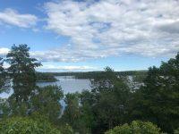 Uitzicht bij Dalslands konstmuseum op uitlopers van het Vänern-meer.