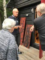 Antoon Loomans met bezoekers bij Galleri Henneviken