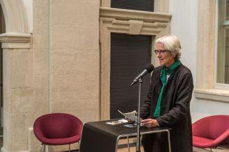 Anne Reimann, Leiterin des Kulturamtes, begrüßt die Gäste der Vernissage, Foto: Kilian Reil