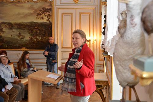 """Margitta Hensel (Autorin des im Kunstverlag Josef Fink erschienenen Kunstführers """"Das Fasanenschlösschen im Fasanengarten Moritzburg"""") begrüßt die Gäste. (Foto: Thomas Schlechte, Dresden)"""