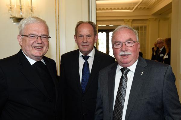 Von links: Dr. Johannes Kreidler (Weihbischof der Diözese Rottenburg-Stuttgart), Josef Fink und Professor Wolfgang Urban (Foto: Reiner Pfisterer)