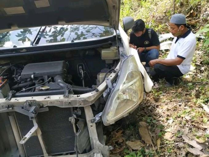 Daihatsu Xenia Ringsek Setelah Tabrak Pembatas