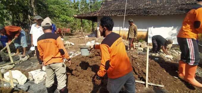 Relawan kerja bakti pembangunan rumah Fajar Sidik Kurniawan
