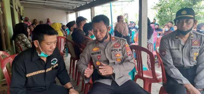 Kapolsek Ponjong Kompol Sudono saat Takziah ke rumah korban